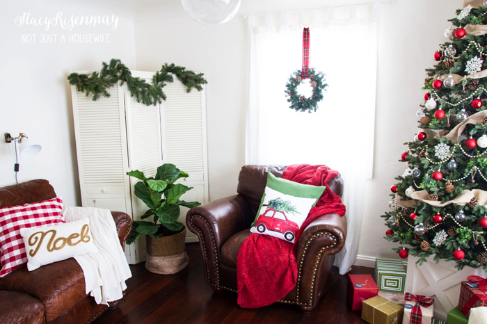 Christmas-family-room-red-and-green-1024x682