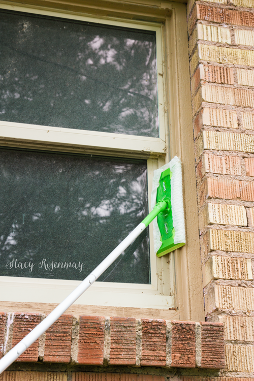 cleaning-window-with-swiffer